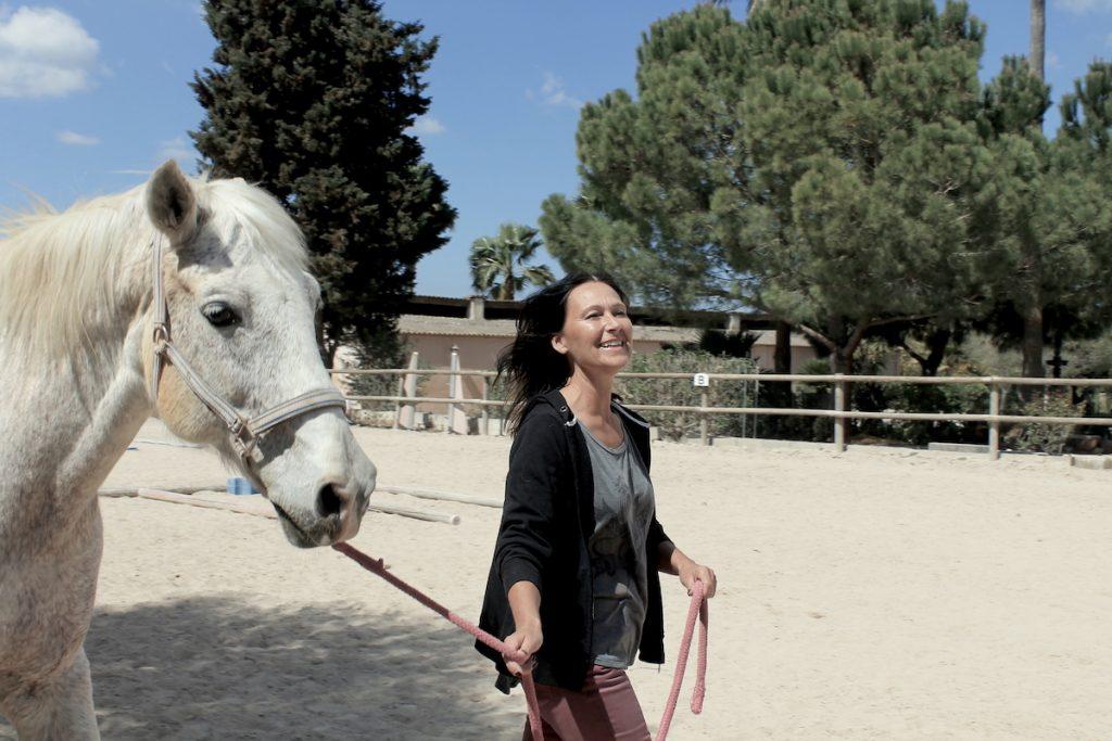 Dunkelhaarige Frau und Pferd